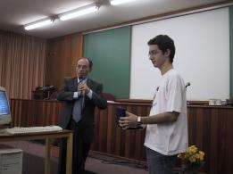 Diretor do Instituto de Química da USP entrega a Diego PrêmioGeraldo Vicentini